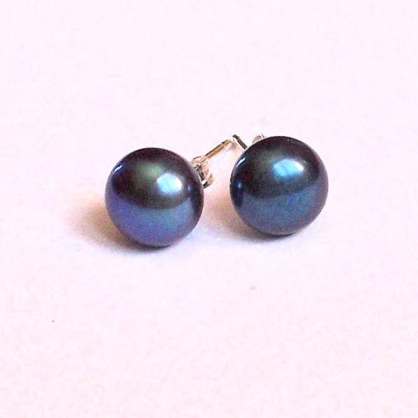 Boucles d'oreilles en perles de culture noires.