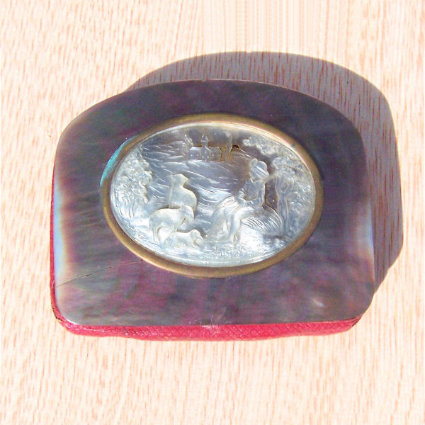 Porte monnaie avec dessus en nacre sculptée.