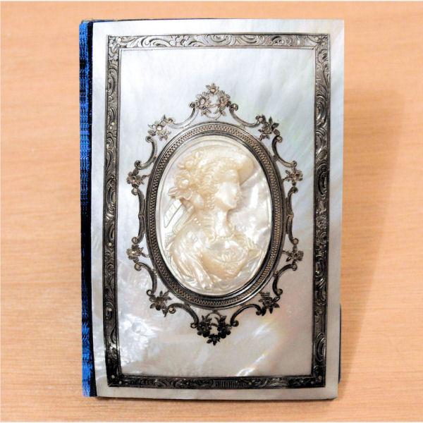 Carnet en nacre et argent avec un camée en médaillon