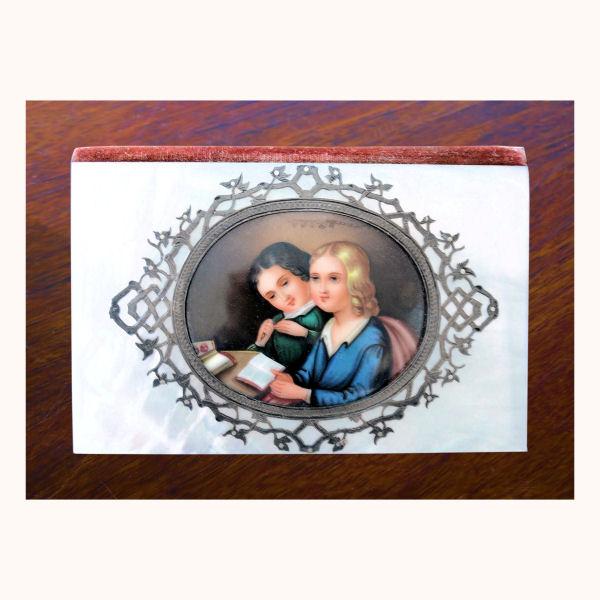 Carnet en nacre et argent avec médaillon peint.